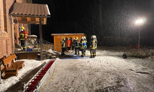 Der Feuerwehr kam das Wasser im Treppenhaus entgegen.