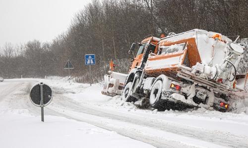 Am Montagmorgen wurde dieses Räumfahrzeug auf der Auf/Abfahrt zur A39 von der Kattowitzer Straße in Salzgitter aufgegeben.