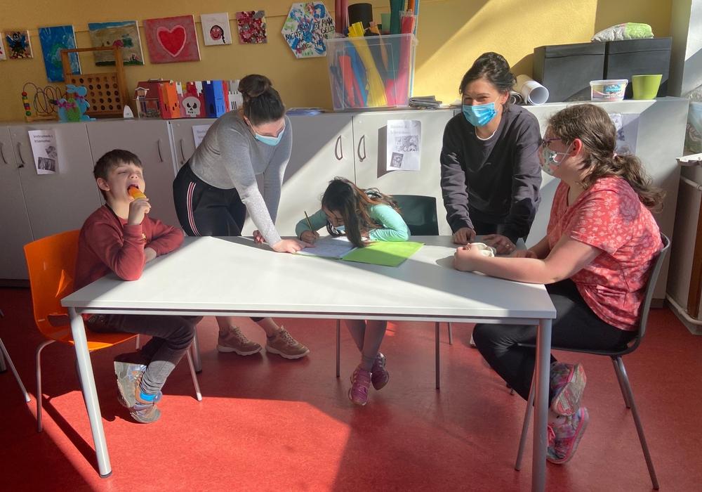 Annika Hoffmann (2. v.r.) leitet den Treff in Schladen und betreut mit ihren Mitarbeiterinnen Kinder und Jugendliche im Treff Schladen an der Werla-Schule.