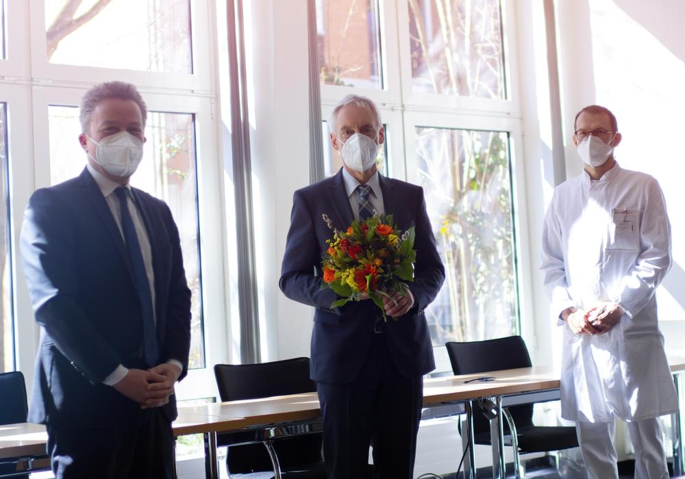 Der Ärztliche Direktor Dr. Thomas Bartkiewicz (links) und Prof. Dr. Thomas Gösling (rechts) als Vertreter des Chefarzt-Arbeitskreises verabschiedeten Prof. Dr. Ulrich Weber in den Ruhestand.
