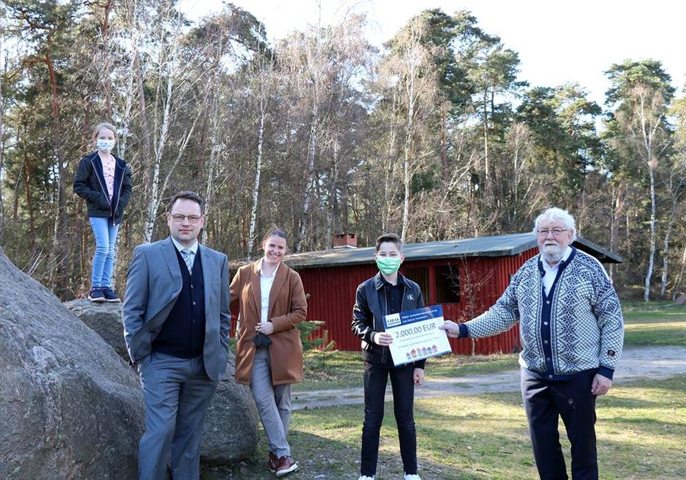 Scheckübergabe im Findlingsgarten in Königslutter. Von links: Victoria Louise Hansmeier , Sven Hansmeier, Sabrina Hansmeier, Carl Ferdinand Hansmeier, Karl-Friedrich Weber (1. Vorsitzender FEMO)