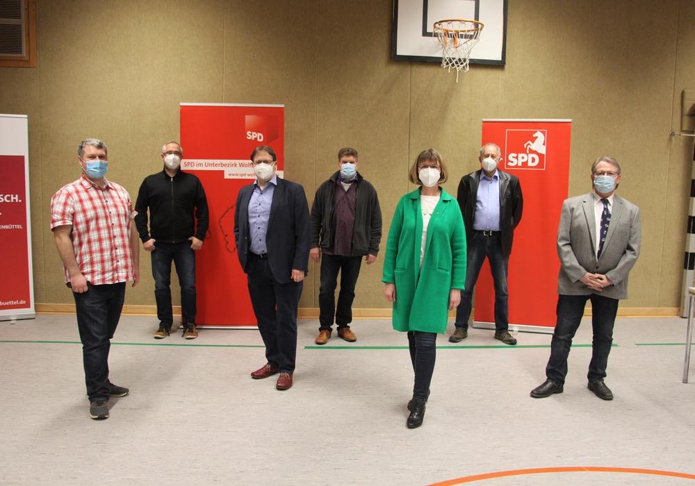 Sie wollen für die SPD in den Samtgemeinderat: (v.l.n.r) Michael Schadler, Dr. Dirk Fornahl, Stephan Grenz, Michael Tempel, Katrin Brandes, Jürgen Karbstein, Kai Wagner.