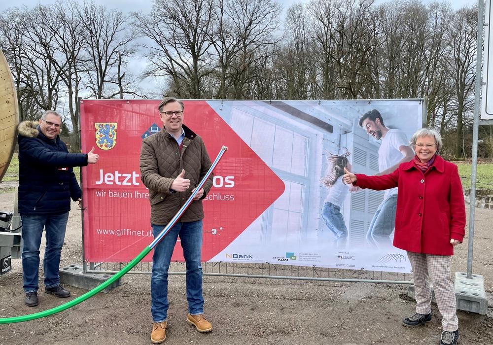 Gemeinsam vor Ort: Landrat Dr. Andreas Ebel, Andreas Taebel (Samtgemeindebürgermeister Hankensbüttel) und Ulrike Bührke (1. Stv. Bürgermeisterin Gemeinde Dedelstorf) schauen sich den Baustart an.