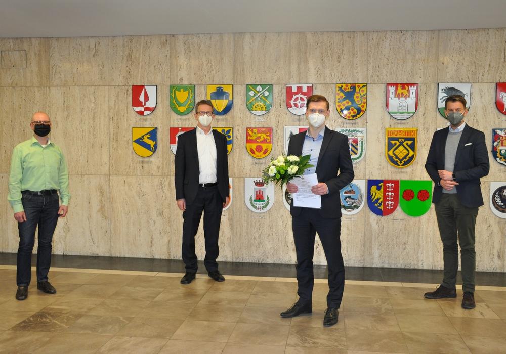 Peter Wagner (Vorsitzender Gesamtpersonalrat), Oberbürgermeister Klaus Mohrs, Jan-Hendrik Klamt (neuer Referatsleiter Zentrales Organisationsmanagement), Dennis Weilmann (Dezernent für Wirtschaft, Digitales und Kultur).