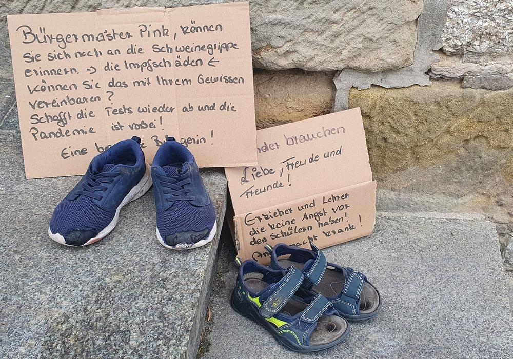 Eine Botschaft an den Bürgermeister samt Schuhen.