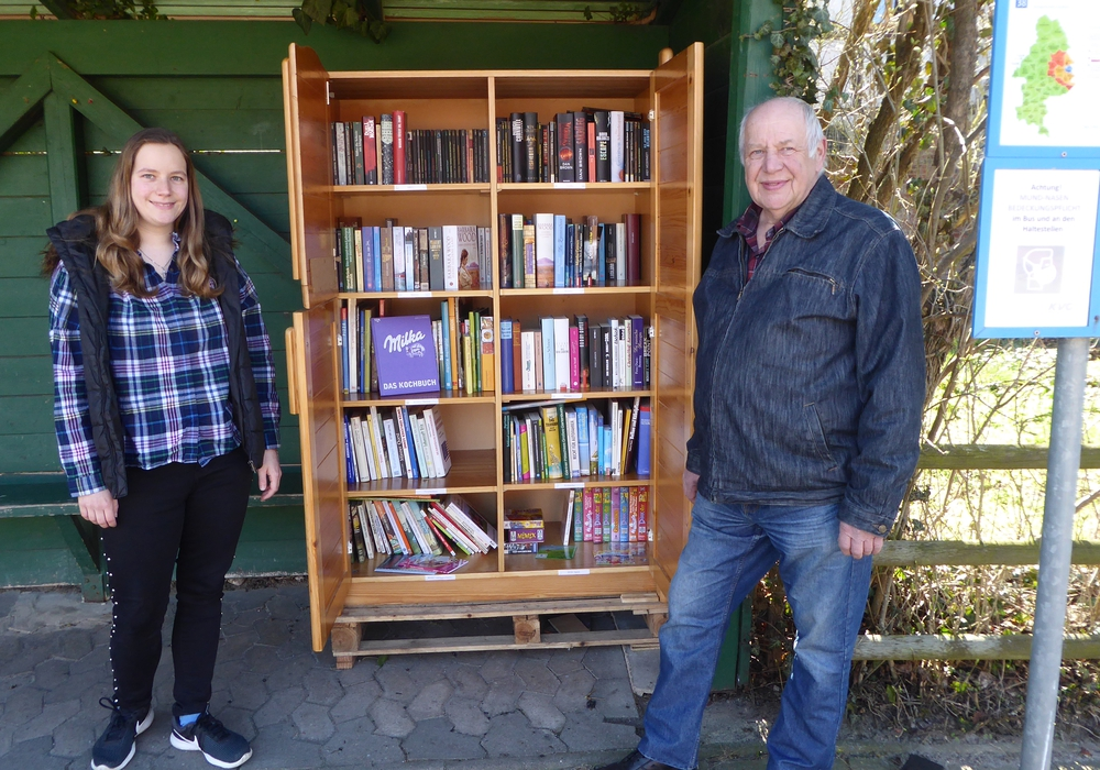 Melanie Klose mit Vater Manfred neben dem Bücherschrank in der Ahmstorfer Bushaltestelle.