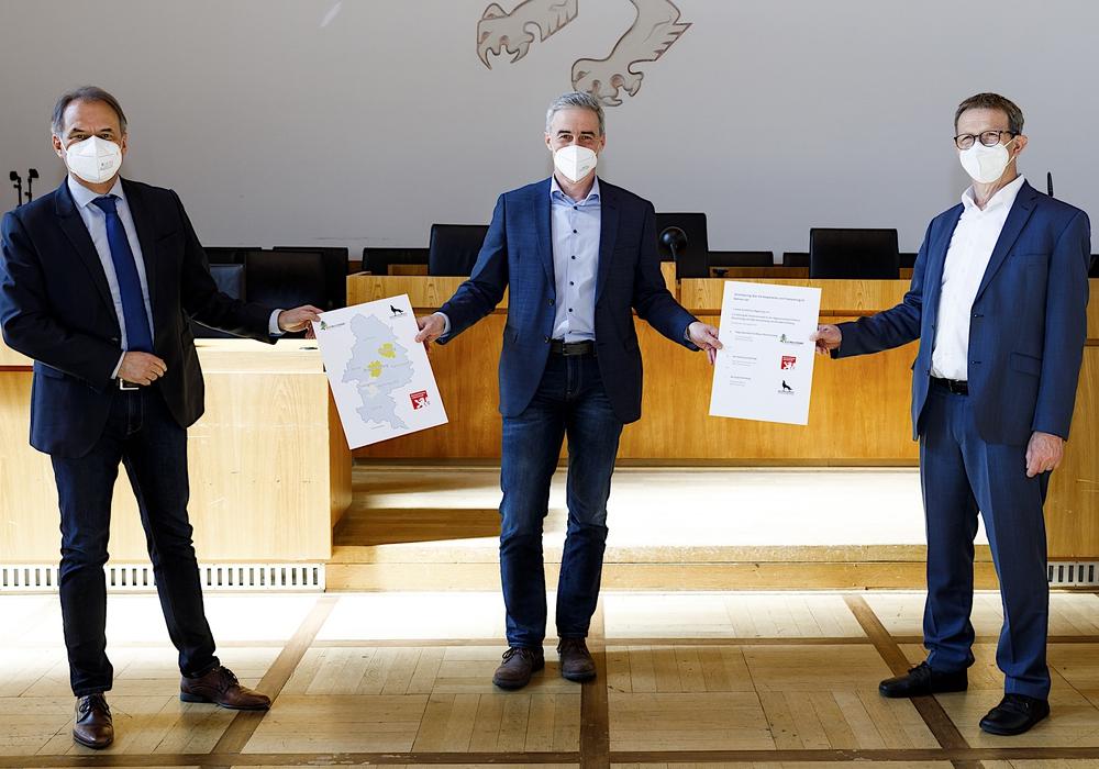 Verbandsdirektor Ralf Sygusch (Mitte) und die Oberbürgermeister Ulrich Markurth, Braunschweig (links) und Klaus Mohrs, Wolfsburg (rechts) stellten die Vereinbarung vor.