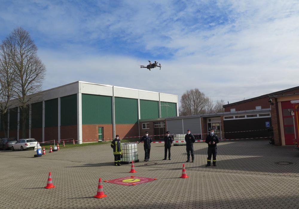 Die Drohnengruppe der Feuerwehr Schladen hat ihre Drohne gestartet. Auch sie ist dem Fachzug Information und Kommunikation der Kreisfeuerwehr zugeordnet.
