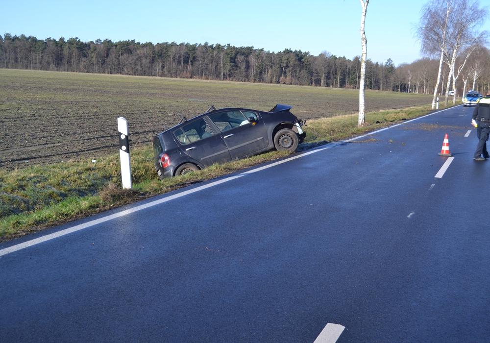 Das Auto prallte vom Baum ab und wurde in einen Graben geschleudert.