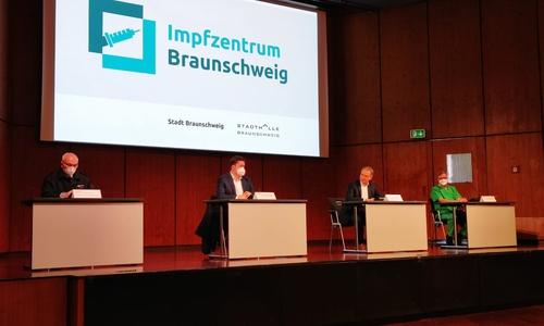"""Bei einem Pressegespräch im Impfzentrum Braunschweig informierte Oberbürgermeister Ulrich Markurth gemeinsam mit Organisationsdezernent Dr. Thorsten Kornblum als Leiter der Task Force """"Impfzentrum"""" über die Impfungen in der Stadt."""