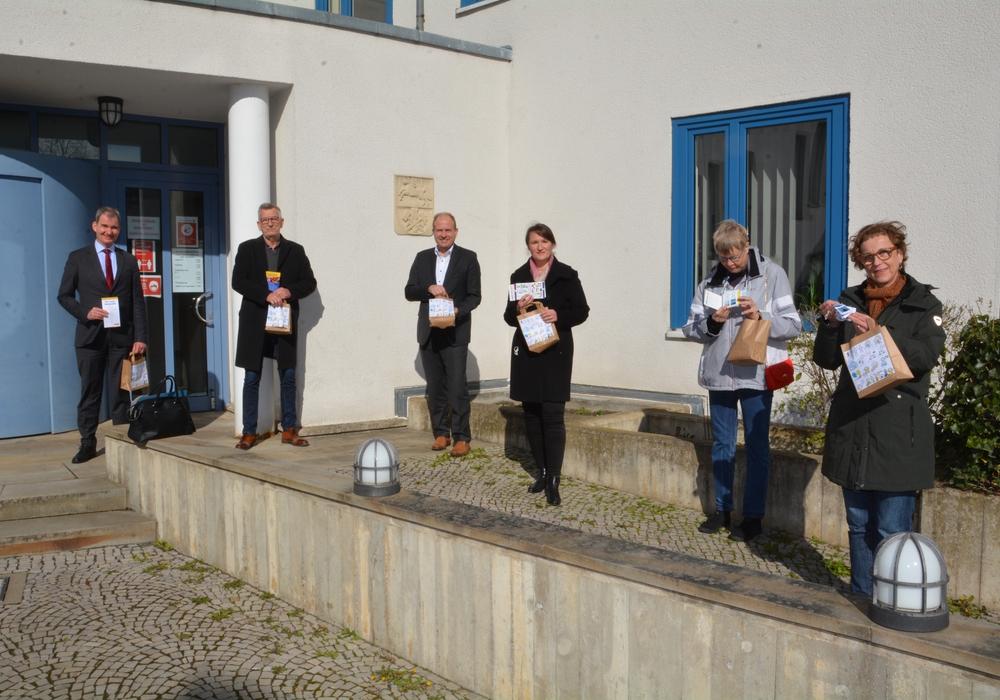 Im Nachgang zum Protesttag bekam jeder eine Tüte von der Lebenshilfe (von links) Sozialdezernent Dr. Burkhard Nolte, Axel Koßmann (Lebenshilfe) Landrat Gerhard Radeck, Sabine Kretschmann (Leiterin Geschäftsbereich Soziales) sowie Silke Haake und Henrike Schirren von der Lebenshilfe.