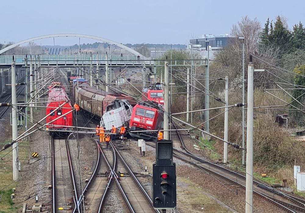 Bei Wolfsburg sind am Mittwochabend mehrere Loks entgleist.