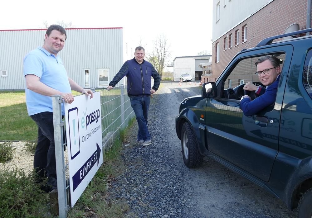 Landrat Dr. Andreas Ebel (r.) testete direkt den Drive-In auf dem Betriebsgelände von Taxi Hoffmann. Betreiber Andreas Bössel (l.) und Fabian Hoffmann begrüßten ihn.