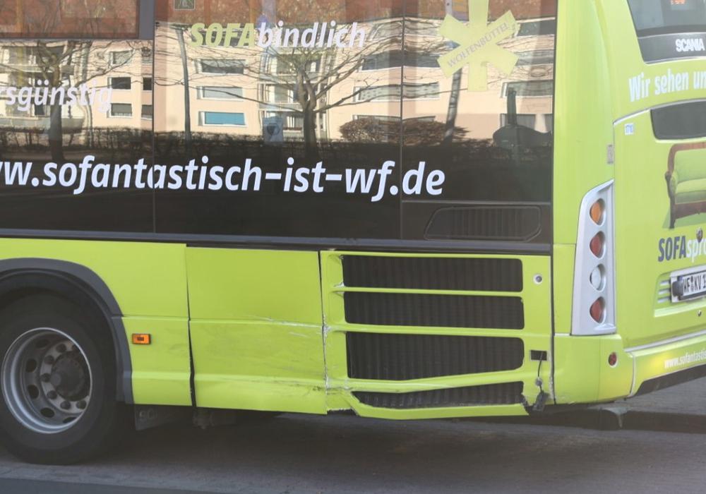 Der Bus wurde bei dem Unfall nur leicht beschädigt.