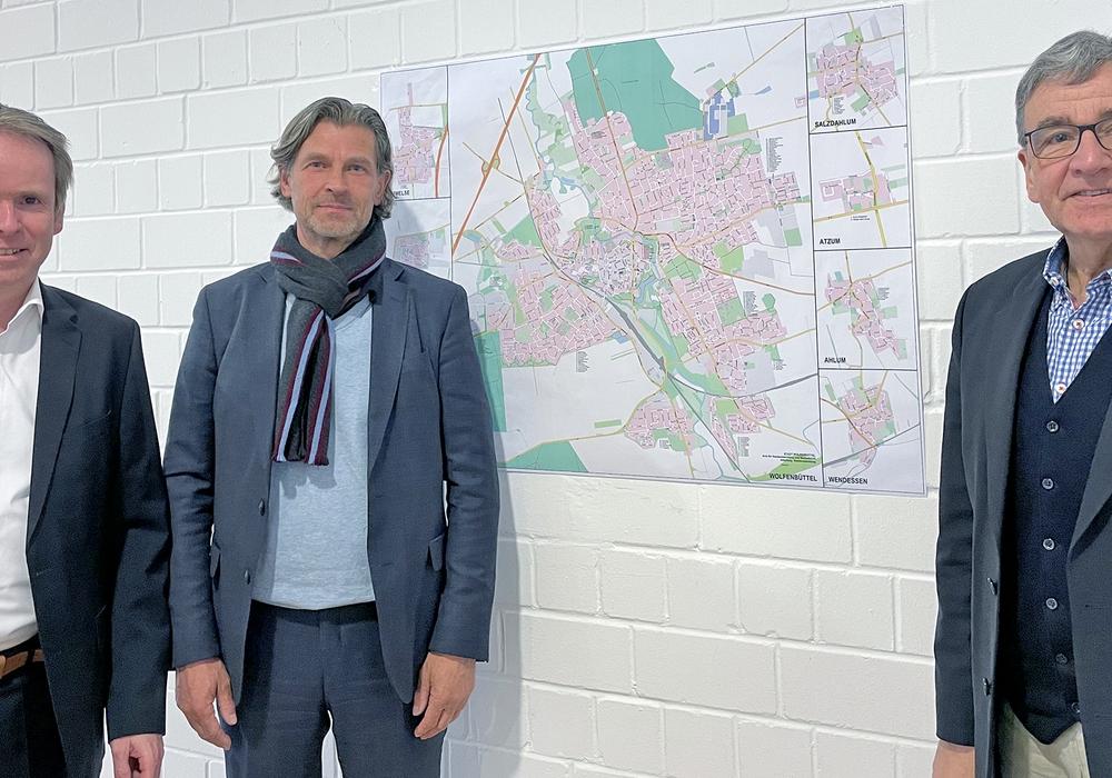 Marcus Klein und Heinrich Altmiks mit Bürgermeister Thomas Pink