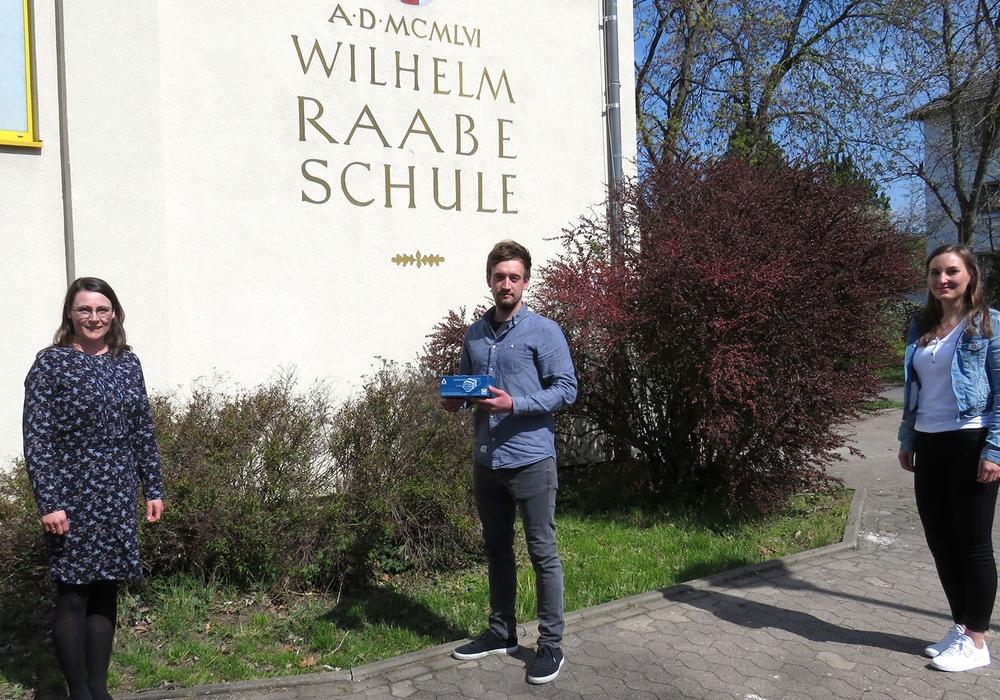 Jonas Kawa, Mitarbeiter des Braunschweiger PC-Komponenten-Herstellers, überreichte symbolisch ein Paket vor der Wilhelm-Raabe-Schule.