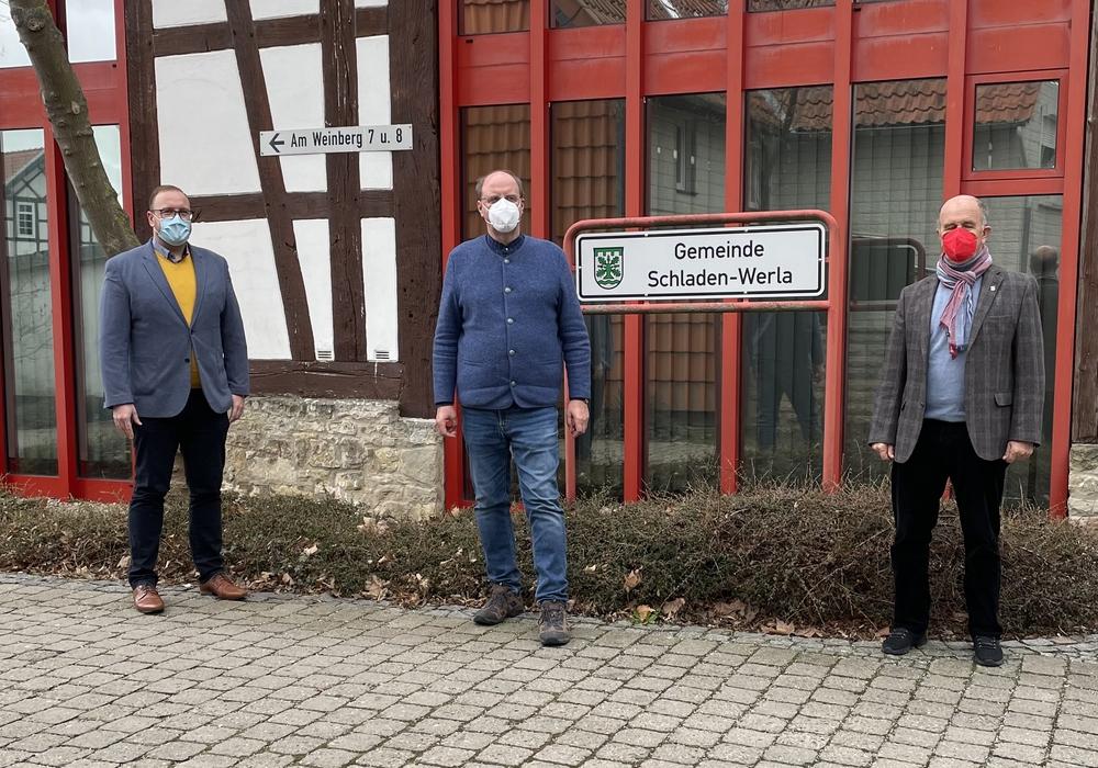 Von links: Julian Märtens, Andreas Memmert und Harald Koch vor der Gemeindeverwaltung in Schladen.