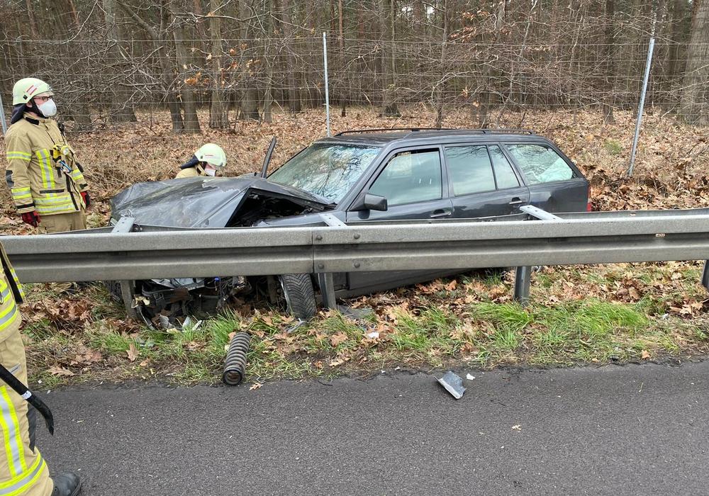 Der Unfallwagen war aus bislang unbekannten Gründen von der Fahrbahn abgekommen.