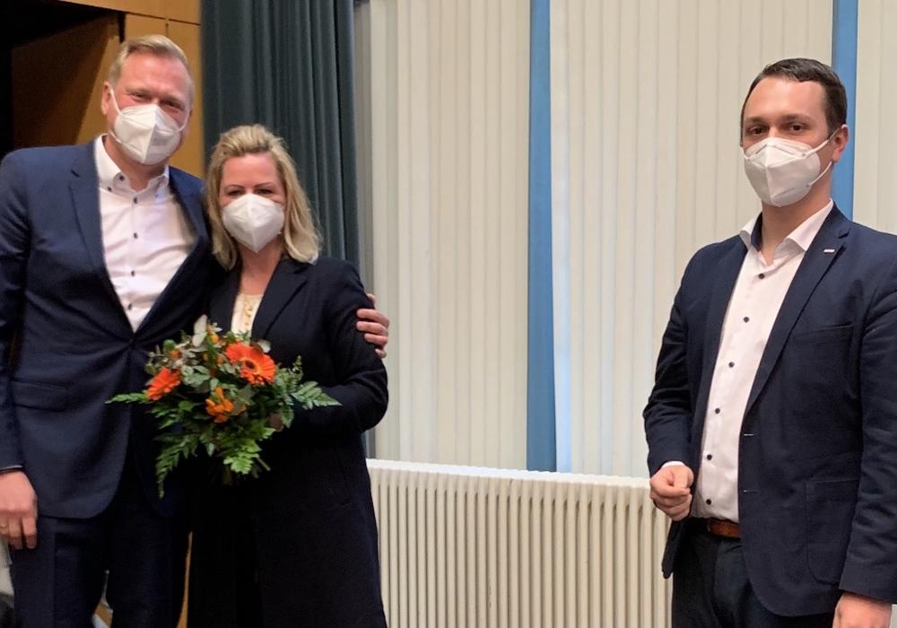Bürgermeisterkandidat Jan-Philipp Schönaich, seine Ehefrau Marie und der Vorsitzende des Stadtverbandes Thorge Karnick.