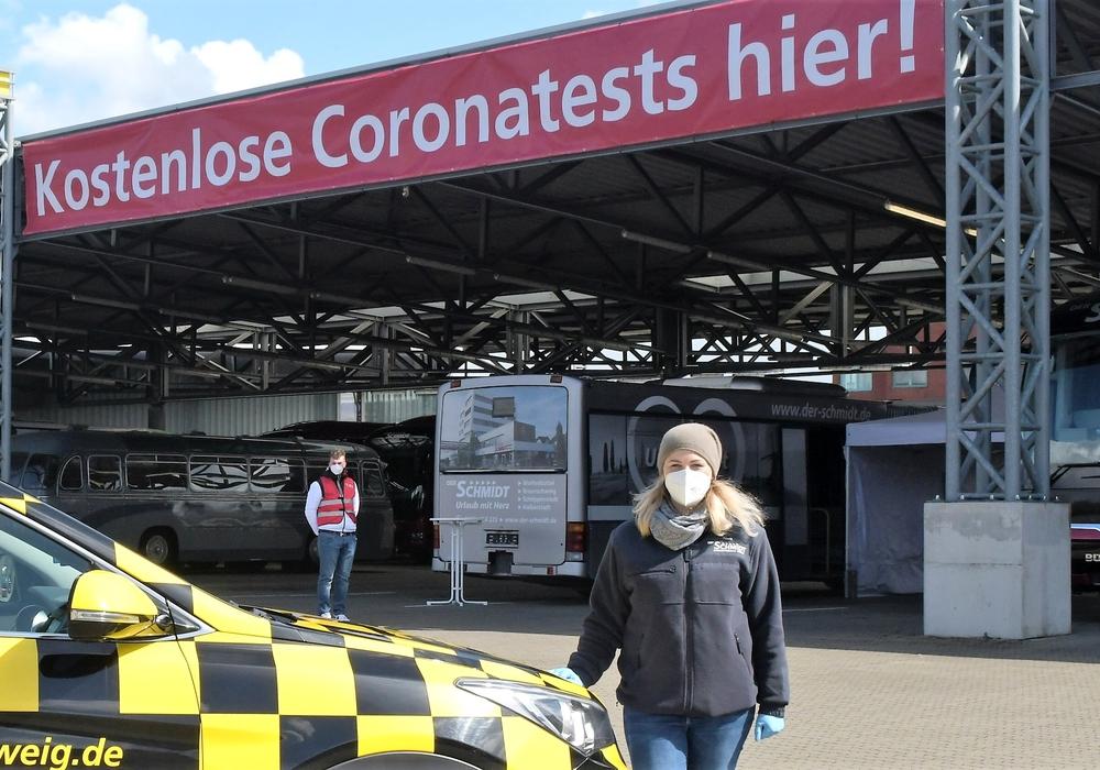 Geschäftsführerin der  Testpunkt Wolfenbüttel UG, Laura Alpers vor dem Testzentrum.