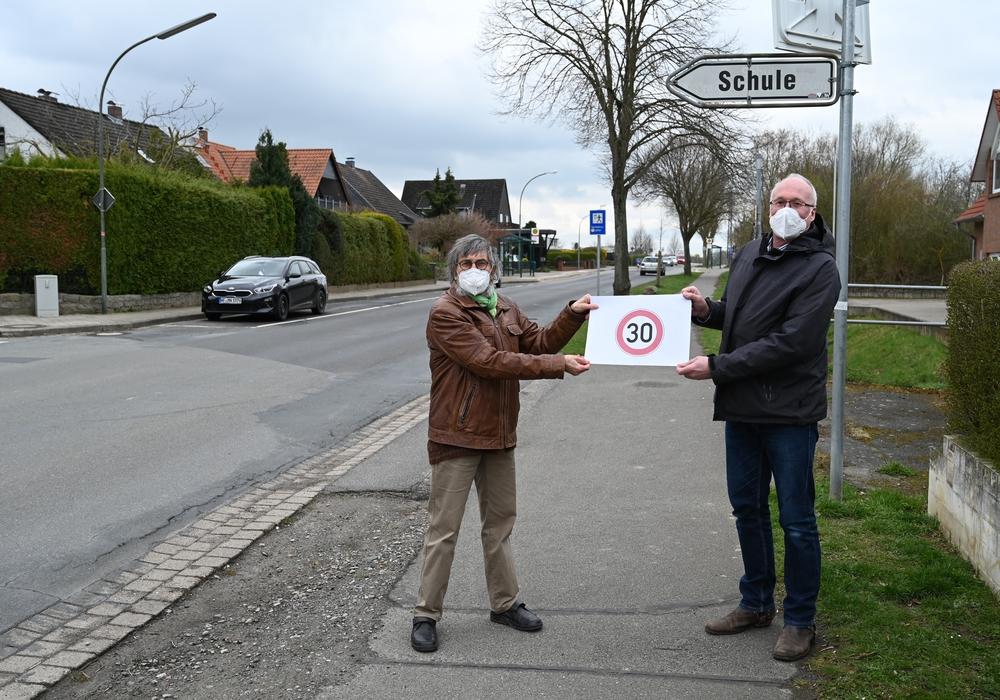 Von links: Dr. Diethelm Krause-Hotopp (stellv. Ortsbürgermeister) und Ulli Kleinfeldt (Schulleiter der GS Destedt) setzen sich für Tempo 30 auf der Hemkenroder Straße im Bereich der Schule ein.