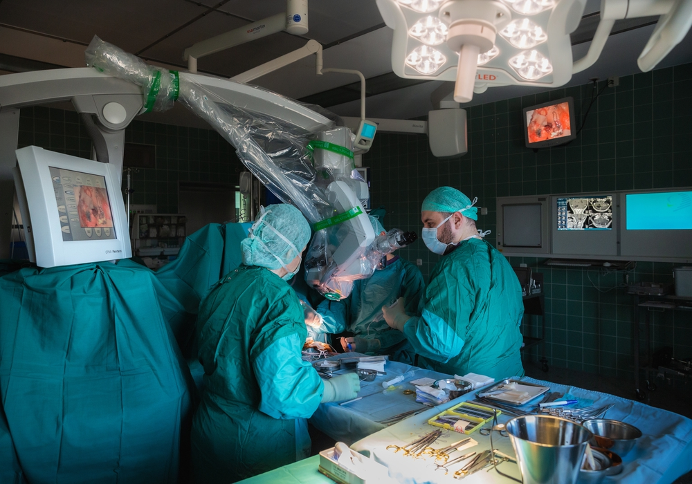 Prof. Sollmann (Mitte, verdeckt) bei einer Hirn-OP mit seinen Team-Mitgliedern Antoine Abboud (rechts) und Gitta Gründel (links).