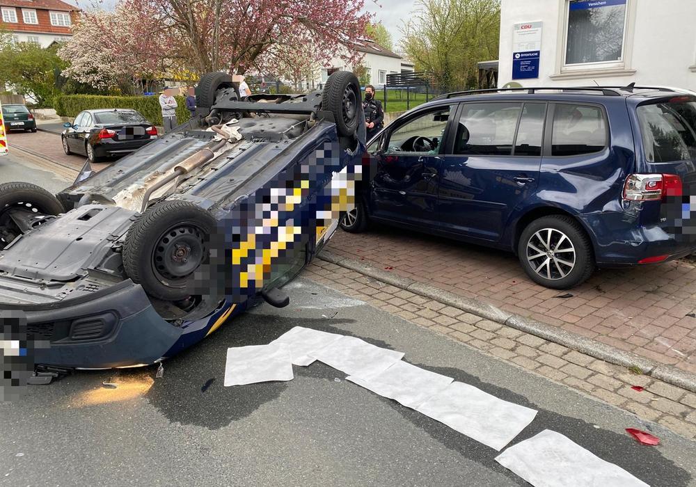 Wie sich der Wagen überschlagen konnte, ist noch nicht bekannt.