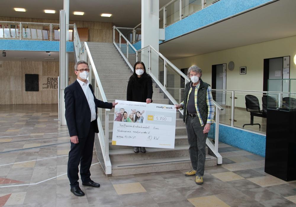 Die 10KW-Künstler Eimo Cremer und Yoko Haneda übergaben den Spendenscheck in Höhe von 5.700 Euro an Klaus Mohrs, stellvertretender Vorsitzender des Fördervereins ready4work.