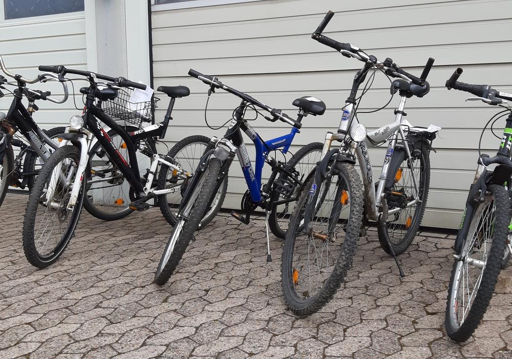 Die Polizei sucht die Besitzer dieser Fahrräder