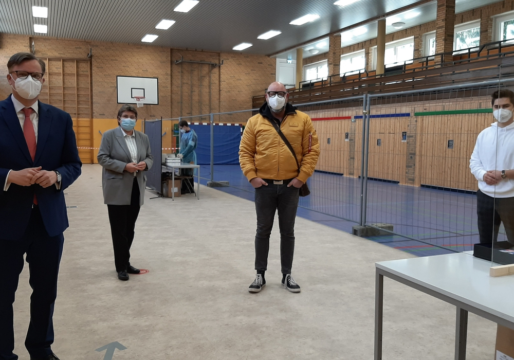 Landrat Dr. Andreas Ebel eröffnete gemeinsam mit Samtgemeindebürgermeisterin Ines Kielhorn und Christian Haertle und Adrian Kitta von der Betreiberfirma Medical Trade BS UG das Testzentrum in Meine.