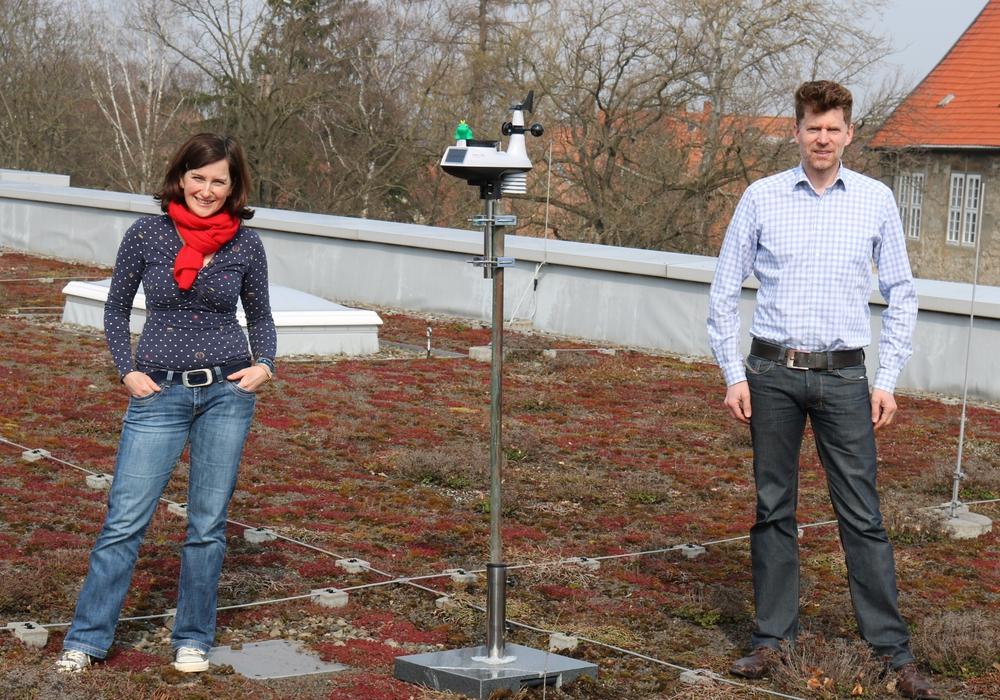 Sabine Fuß und Schulleiter Oliver Behn neben der Station auf dem Dach des Spiegelschlosses.