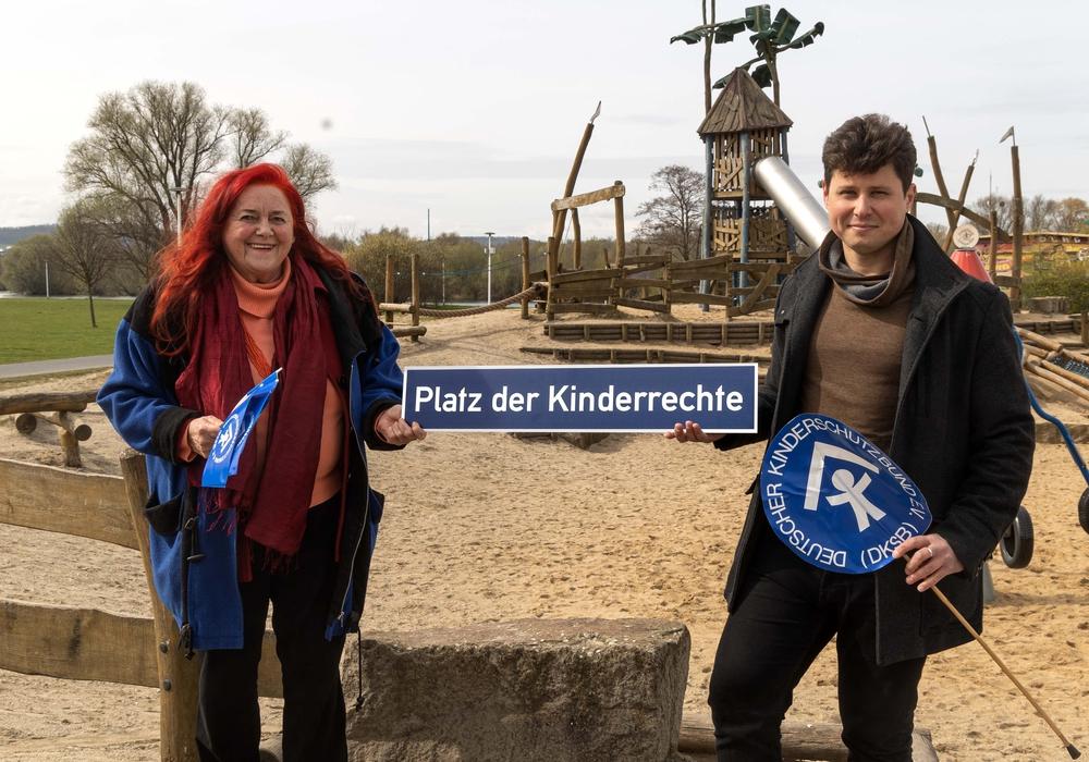"""Die Kunstmalerin Wilma Klein und der Vorsitzende des Kinderschutzbundes Salzgitter, Eugen Schmidt wünschen sich einen """"Platz der Kinderrechte""""."""