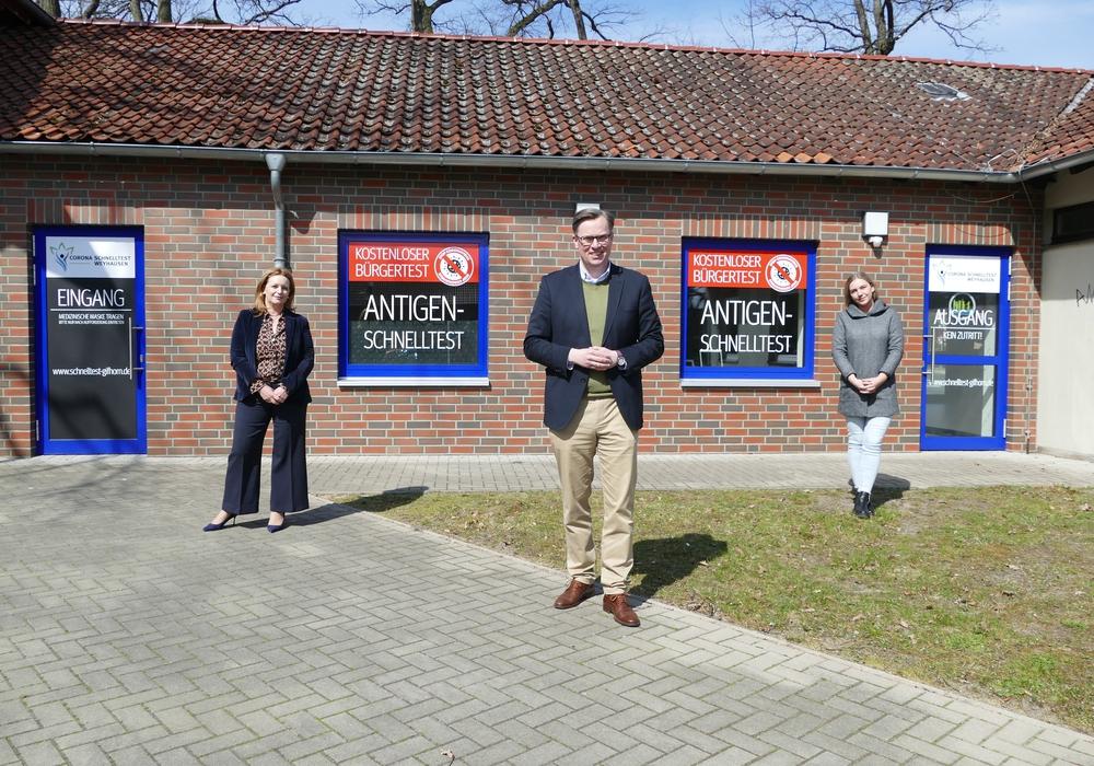 Landrat Dr. Andreas Ebel (Mitte) besucht das neue Testzentrum in Weyhausen.
