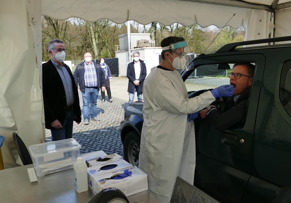 Landrat Dr. Andreas Ebel (r.) ließ sich im Drive-In in Isenbüttel auf dem Gelände der Firma Tell Roth testen.
