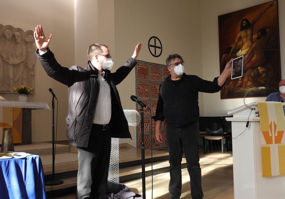 Pastor Julian Bergau probt den Abschlusssegen.