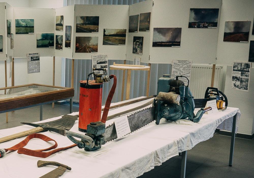 Exponate der Feuerwehrhistorik im Rahmen einer Ausstellung.