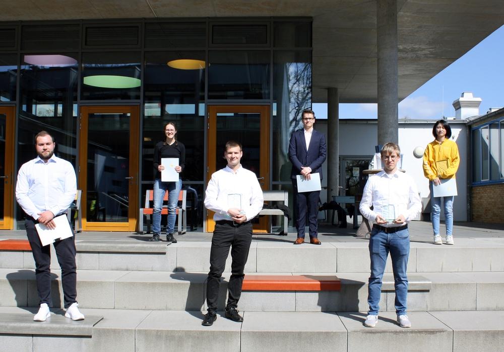 Von rechts: Die Preisträgerinnen und Preisträger Till André Schlomka, Rilana Rohde, Andreas Kässens, Jonas Biniek, Dominic Brown, Huanni Zhu nahmen ihre Auszeichnung im Außengelände der Ostfalia entgegen.