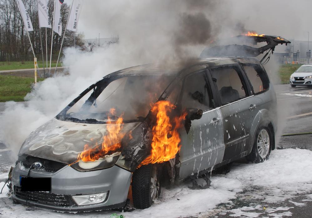 In Salzgitter ging ein Auto auf der Industriestraße in Flammen auf.