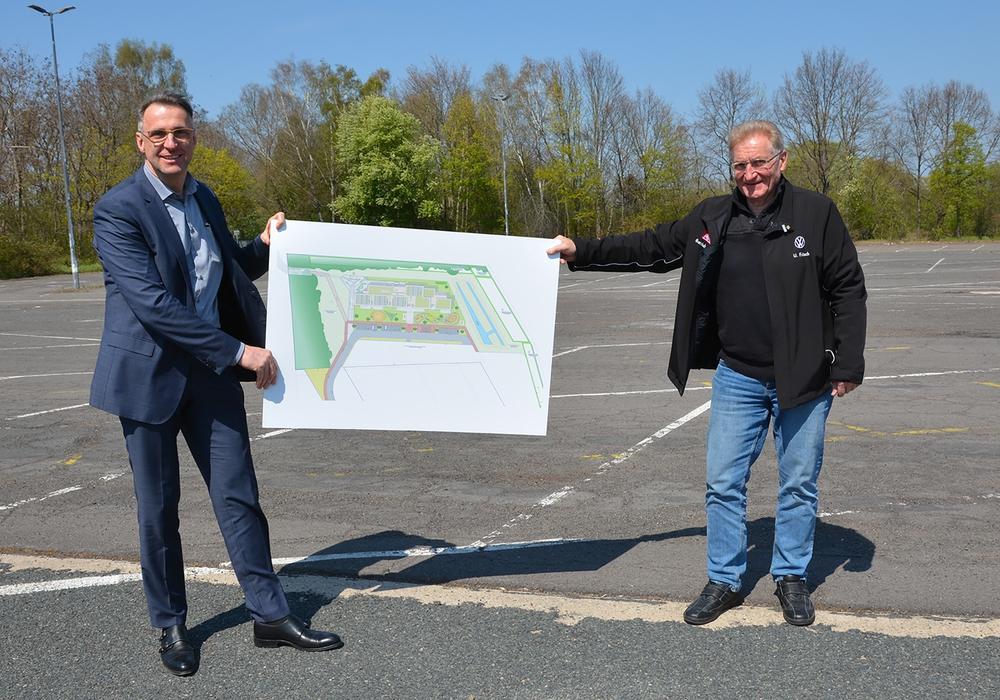 Werkleiter Martin Schmuck (li.) mit dem Betriebsratsvorsitzenden Uwe Fritsch auf dem Parkplatz Ohefeld, auf dem die Kita entstehen wird.
