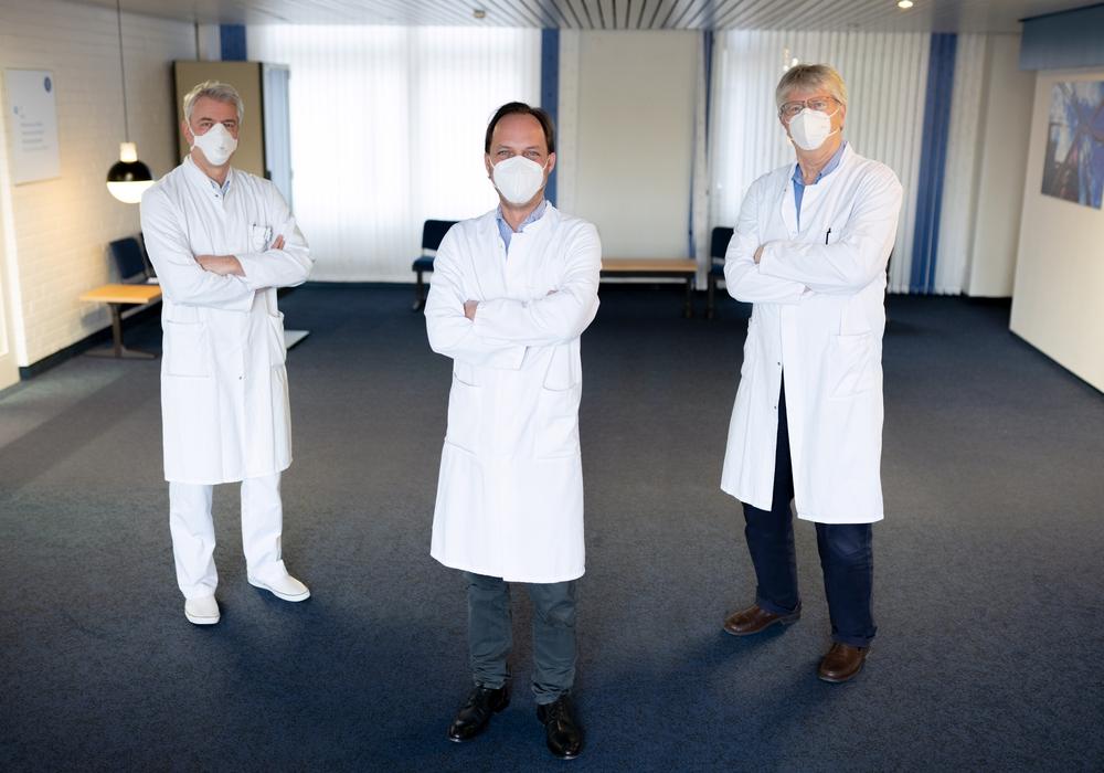 Prof. Dr. Max Reinshagen, Chefarzt der Klinik für Gastroenterologie & Diabetologie, Prof. Dr. Dr. Guido Schumacher, Chefarzt der Klinik für Allgemein- und Viszeralchirurgie sowie Prof. Dr. Philipp Wiggermann, Chefarzt der Radiologie & Nuklearmedizin.