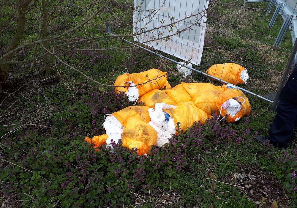 Die Polizei sucht den Verursacher dieser unsachgemäßen Müllentsorgung.