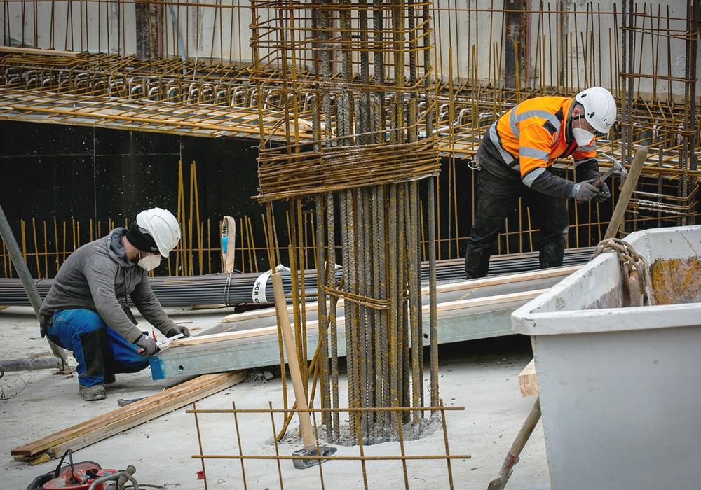 Bauarbeiter können kein Homeoffice machen – und tragen auch ohne Pandemie ein erhöhtes Risiko, im Job zu erkranken oder zu verunglücken. Die IG BAU fordert mehr Anstrengungen beim betrieblichen Arbeitsschutz.