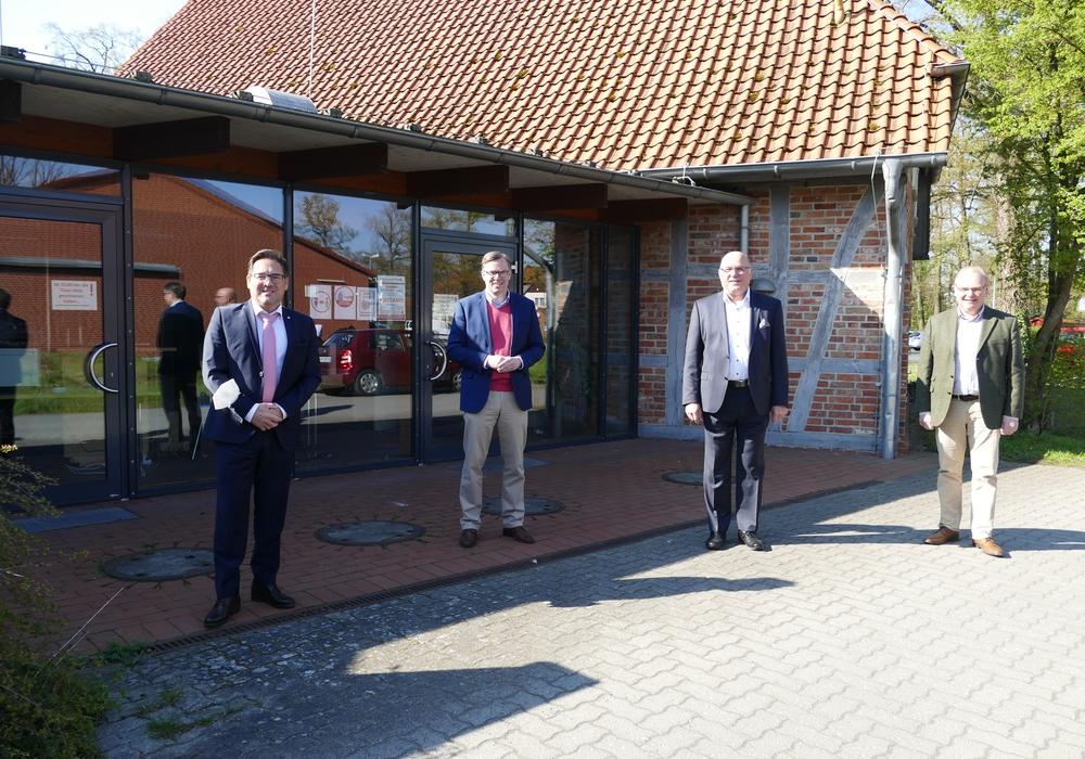 Sandro Pietrantoni (v.l.), Landrat Dr. Andreas Ebel, Eckhard Montzka und Thomas Spanuth eröffneten das testzentrum in Meinersen.