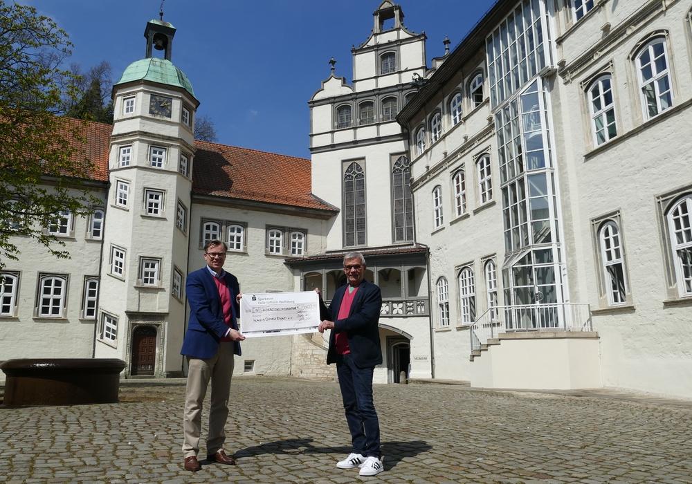 Landrat Dr. Andreas Ebel (l.) übergab den symbolischen Scheck an Hans-Herbert Böhme vom KreisSportBund Gifhorn e.V.