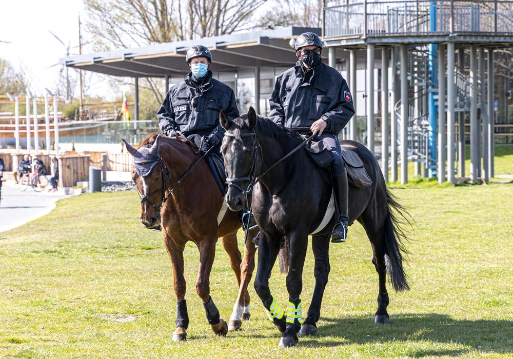 Insgesamt vier Reiter sind derzeit am Salzgittersee unterwegs und kontrollieren die Einhalung der Abstands- und Hygieneregeln. Unterstützt werden sie von Kräften zu Fuß und auf dem Fahrrad.