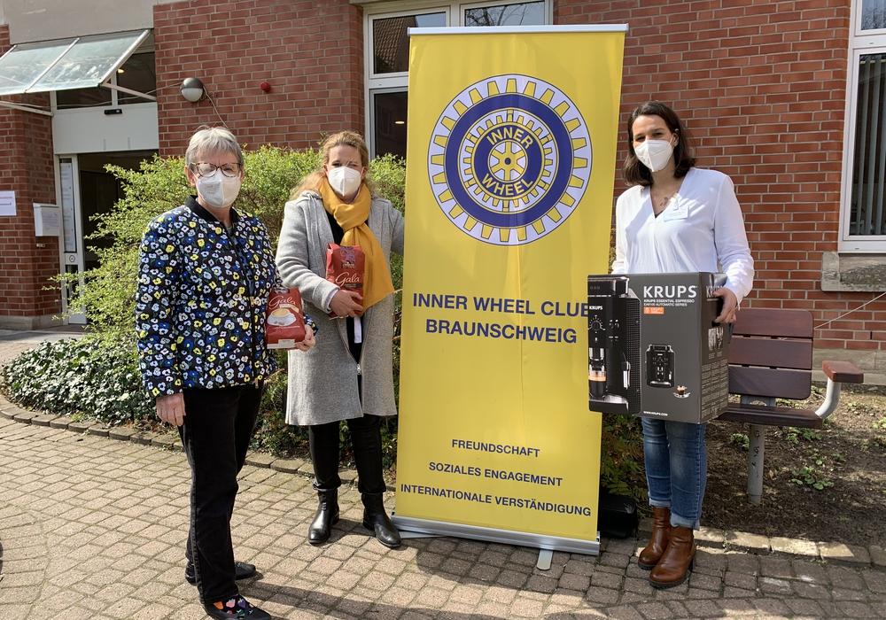 Von links: Bärbel Jablonowski (Inner Wheel Club Braunschweig), Caroline Weidner (Präsidentin Inner Wheel Club Braunschweig), Katja Seiler-Böttcher (Stellvertretende Pflegedirektorin Krankenhaus Marienstift).