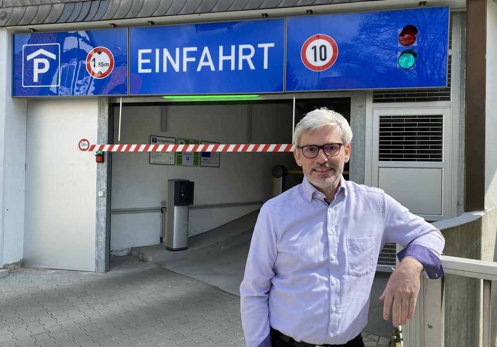 Der Grünen-Bürgermeisterkandidat Stefan Brix vor der Einfahrt des Parkhauses am Löwentor.