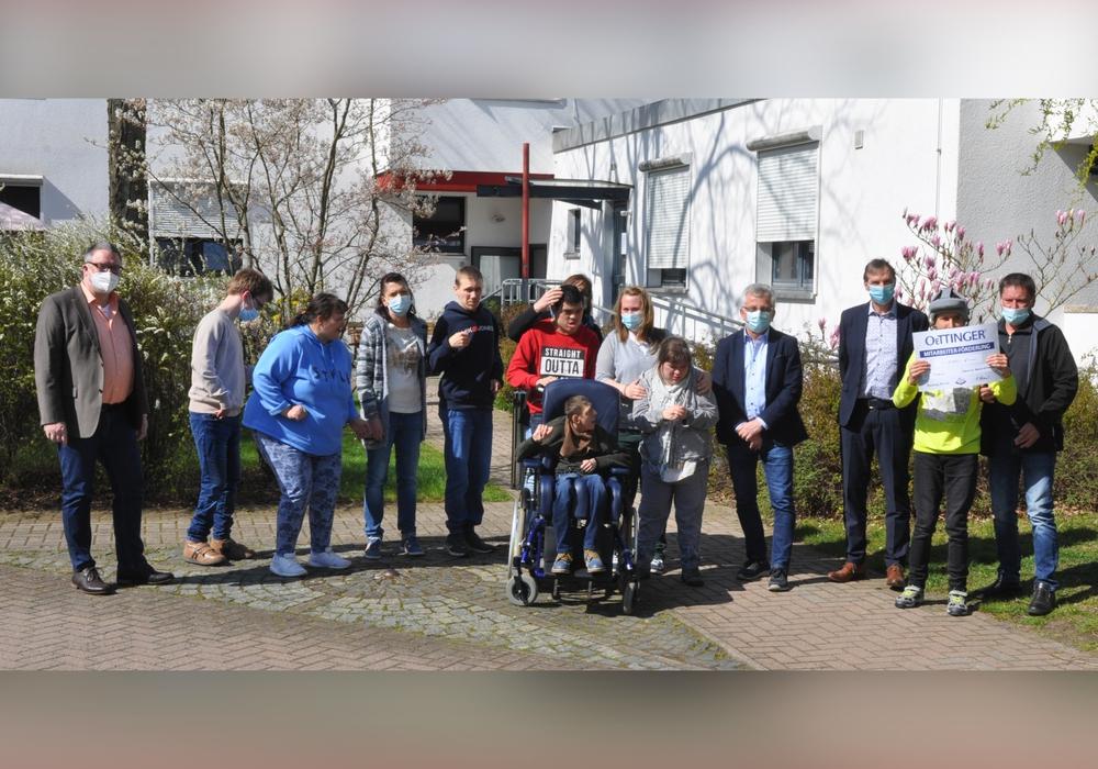 Lebenshilfe-Geschäftsführer Bernd Schauder (Dritter von rechts) und die Fördergruppe der Lebenshilfe Wolfenbüttel bedankten sich bei den Oettinger-Mitarbeitern Uwe Berkhausen (links) und Silvio Pielmeier (rechts) für den Spendenscheck über 1000 Euro.