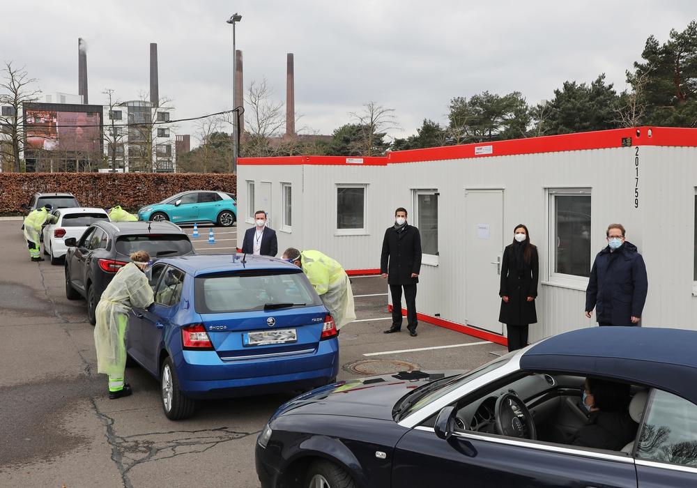 Von links: Philipp Grzywotz und Georg Hecht, beide Geschäftsführer Ruhrmedic medizinische Dienste GmbH; Mandy Sobetzko, Geschäftsführerin der Autostadt; Jan-Malte Kistler, Leiter Unit Park in der Autostadt.