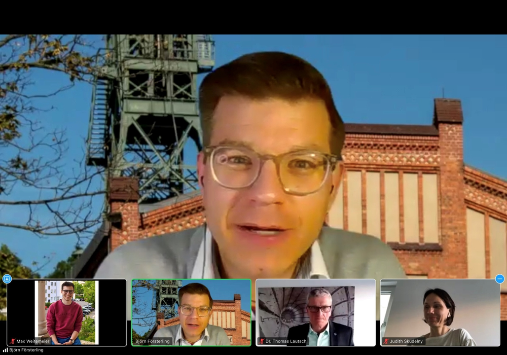 Björn Försterling im Gespräch mit Judith Skudelny (unten rechts) und Dr. Thomas Lautsch.